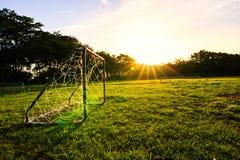 目标橄榄球在公园 免版税库存照片