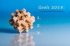 目标2018年 做明年的名单 在蓝色背景的备忘录与木益智游戏 库存照片