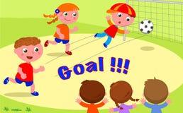 目标!踢足球的朋友在公园 免版税库存图片
