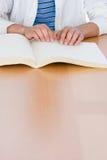 读盲人识字系统书的十几岁的男孩 库存照片