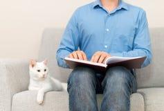 读盲人识字系统书的盲人 免版税库存图片