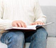 读盲人识字系统书的盲人 免版税图库摄影