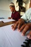 读盲人识字系统koran古兰经的穆斯林 库存图片