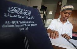 读盲人识字系统koran古兰经的穆斯林 免版税库存照片