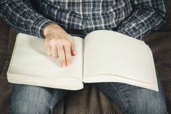 盲人读在盲人识字系统写的一本书 接触您 免版税库存照片