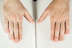 盲人读在盲人识字系统写的一本书 接触您 库存图片