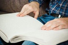盲人读在盲人识字系统写的一本书 接触您 图库摄影