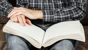 盲人读在盲人识字系统写的一本书 接触您 免版税图库摄影