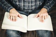 盲人读在盲人识字系统写的一本书 接触您 免版税库存图片