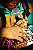 盲目的叫化子举行唱歌的话筒 曼谷泰国 图库摄影