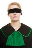 盲目的正义 妇女与眼罩的覆盖物眼睛 库存图片