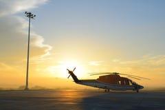 直升机剪影在围裙的 图库摄影