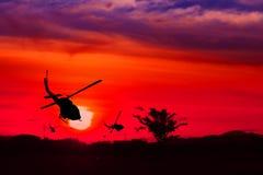 直升机剪影在日落的与拷贝空间增加文本概念中止敌意到和平 免版税库存照片