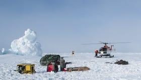 直升机协助了一个极性研究阵营的撤离 库存图片
