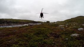 直升机土地在寒带草原 股票视频