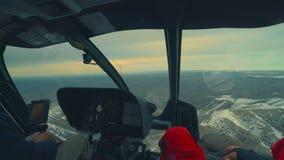 直升机在山风景和多云天空的驾驶舱飞行 股票视频
