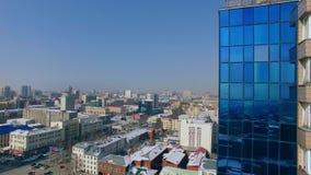 直升机在摩天大楼,冬日旁边离开 鸟` s城市的眼睛视图 股票录像
