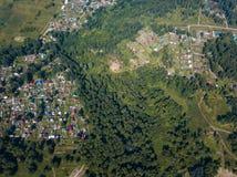 直升机寄生虫有路的射击村庄 免版税图库摄影
