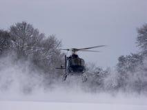 直升机着陆雪 免版税库存照片