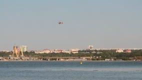 直升机示范飞行在河和城市的 喀山,鞑靼斯坦共和国,俄罗斯 影视素材