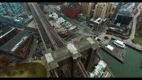 直升机被射击布鲁克林大桥 转动在美国旗子附近在它顶部 影视素材