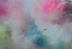 直升机通过彩色烟幕 免版税图库摄影