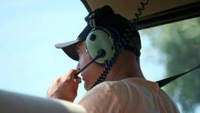 直升机飞行员投入交涉的耳机与调度员 请求起飞允许 股票录像