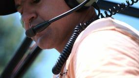 直升机飞行员投入交涉的耳机与调度员 请求起飞允许 股票视频
