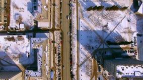 直升机飞行在冬天街道在市新西伯利亚 下来看法 4K 股票视频