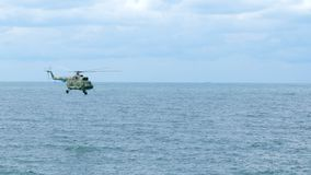 直升机飞行在海 股票视频