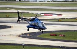 直升机飞行 库存照片