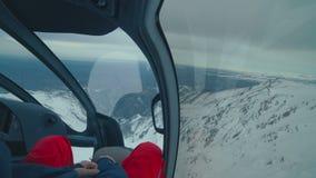 直升机驾驶舱在冬天山飞行 股票录像
