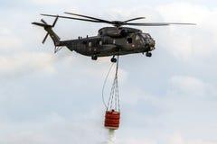直升机bambi桶消防 免版税库存图片