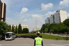 直升机MI-8飞行在城市 免版税库存图片