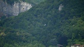 直升飞机营救山 影视素材