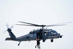 直升飞机营救海运 库存图片
