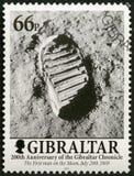 直布罗陀- 2001年:在月亮的展示脚印,人在月亮,直布罗陀编年史的200年走 免版税库存照片