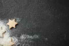 直接地上面星与酥皮点心切削刀的形状曲奇饼射击  免版税库存照片