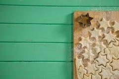 直接地上面星在切板的形状曲奇饼射击  库存图片