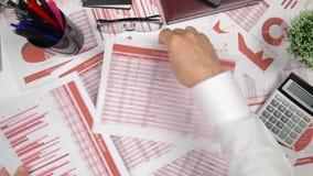 直接地上面的商人运作和计算财务的观点,读并且写报告 企业财务会计 股票视频