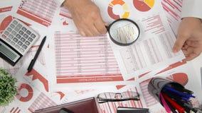 直接地上面的商人运作和计算财务的观点,读并且写报告 企业财务会计concep 股票视频