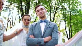 直站走在他附近的微笑的新郎和新娘低角度的射击  影视素材