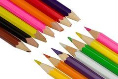 直言和锐利上色了在对角线的铅笔 免版税库存图片