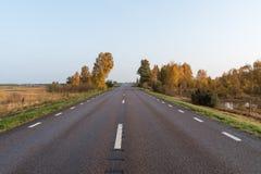 直路到一个五颜六色的风景里 免版税库存图片