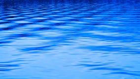 相交在摘要的蓝色湖波纹挥动 免版税库存照片