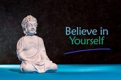 相信你自己 激动人心和刺激词组在小的菩萨小雕象附近 免版税库存图片