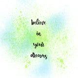 相信您的在蓝色和绿色浪花背景的梦想 免版税库存照片
