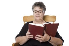 相信资深妇女读书的圣经 库存图片