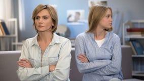相冲突与母亲,相互怨气,通信问题的女大学生 免版税库存照片