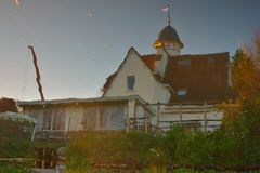 相反图象概念:一个传统比利时房子的反射 库存照片